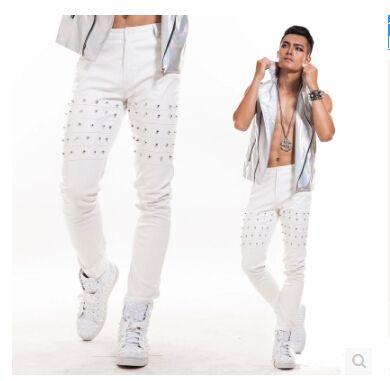 レジャーレザーズボンスリムリベットパンク風潮の男性ホワイトパンツズボンステージ衣装DSシンガーナイトクラブレザーパンツ