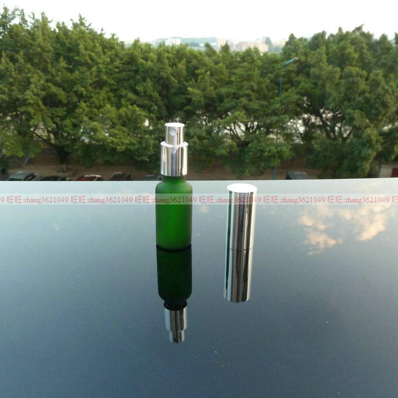 알루미늄 반짝 이는 실버 안개 분무기와 20ml 녹색 젖빛 유리 향수병 병. 향수 분무기 병 용기