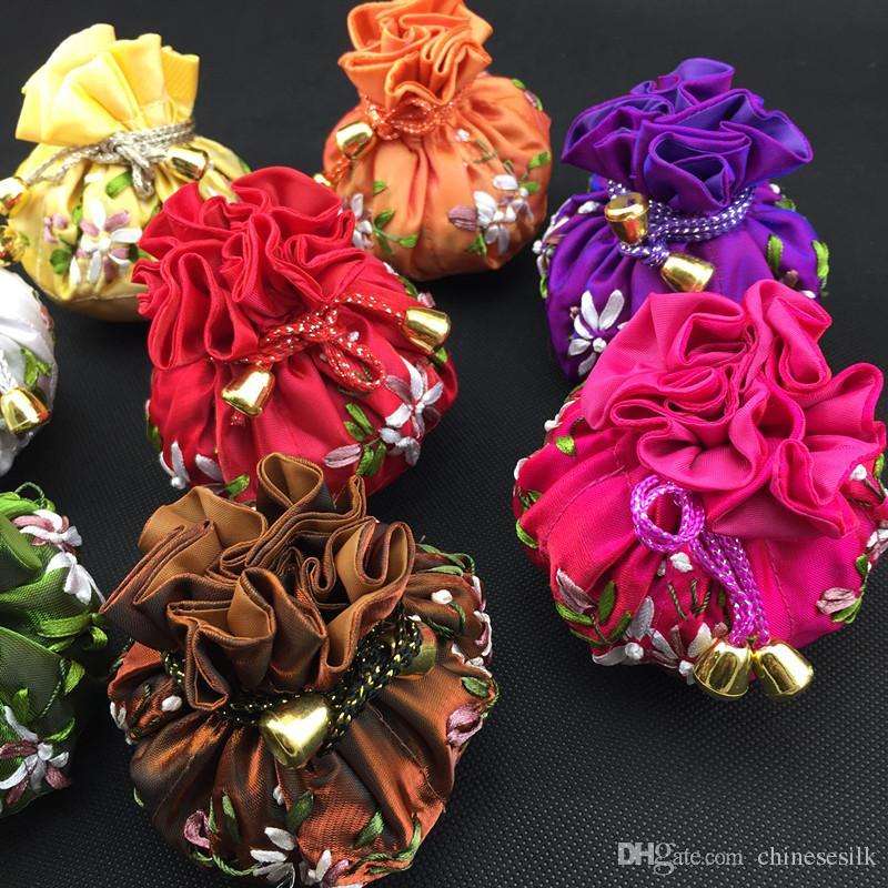 Cotton preenchido fundo redondo Mão Ribbon bordado Bola Chains Jóias Maquiagem Armazenagem 8 Bolsas saco de cordão de cetim sacos para embalagem 30pcs / lot