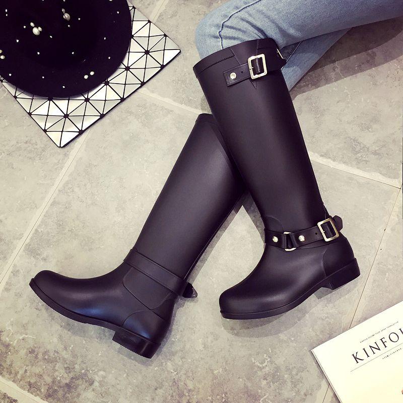 Venta caliente: botas de lluvia de moda para mujer, bot de goma, cremallera roja detrás de hebillas altas botas de agua botas de equitación