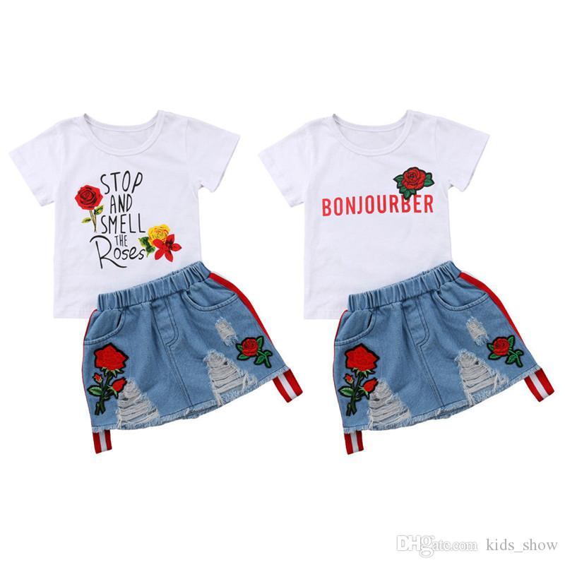 Дети девушка Белый Тис + Denim юбка наборы Дети Цветочные Письмо печати Tops + вышивают Rose Flower Hole Джинсовые юбки Нижнее Одежда