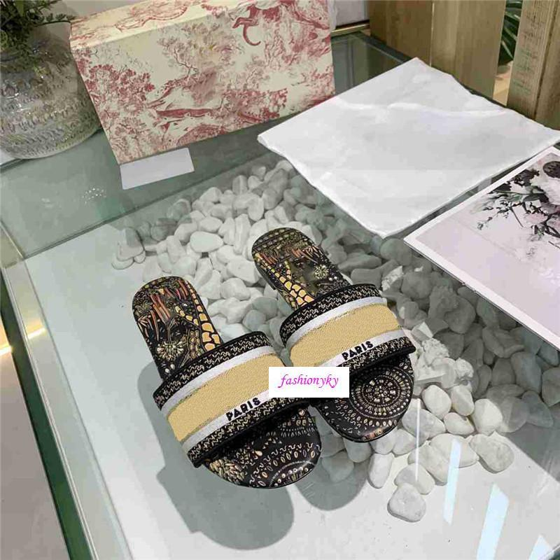 Großhandel Dazzle Blumen Pantoffeln Frau Sommer Strand Alphabet Slippers Designer Raue Sandalen Gestricktes Tuch Stickerei Frau Schuhe