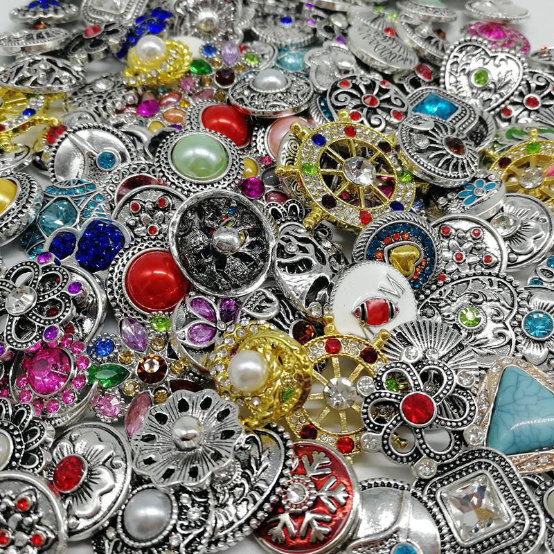 50pcs alla moda / lot 18mm bottoni a pressione monili adatti i braccialetti della collana del braccialetto di metallo Mix stili di gioielli fai da te Roandomly zenzero Snap Noosa pezzo