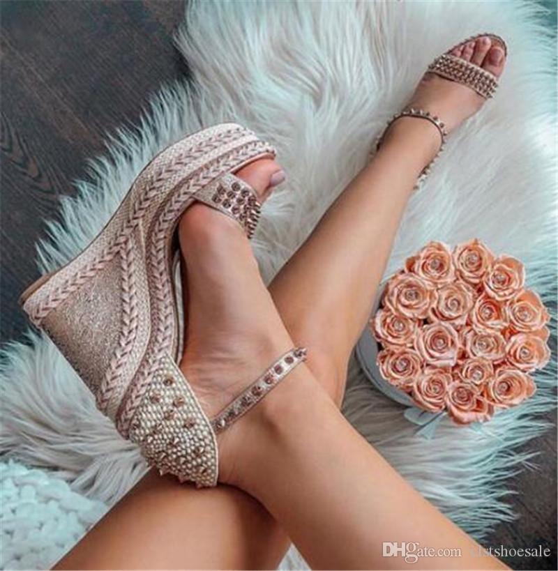 Marka Tasarım Kadınlar Peep Toe Yüksek Platformu Perçin Kama Sandalet Ayak Bileği Kayışı Çivili Süper Yüksek Yükseklik Artan Takozlar Elbise Topuklu ayakkabı