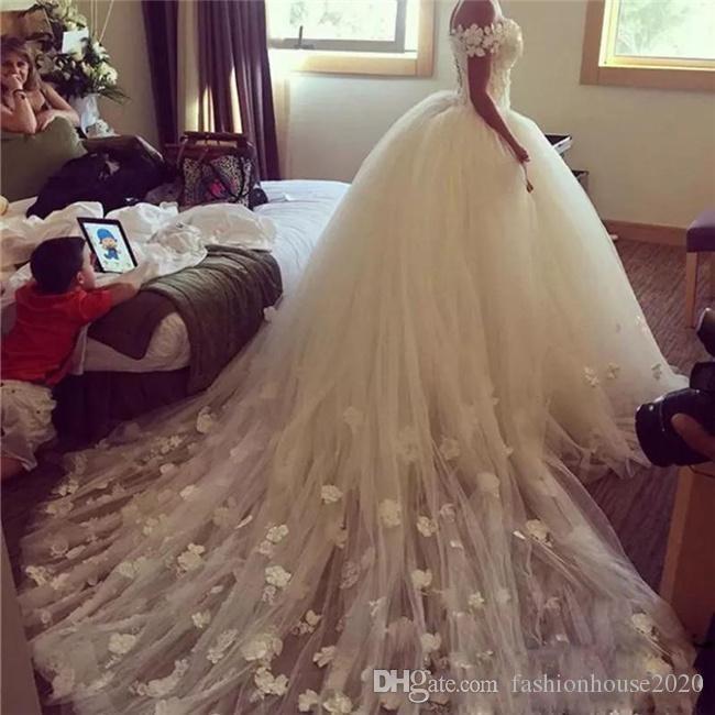 2020 lusso abito di sfera Abiti da sposa fuori dalla spalla Appliques del merletto del fiore 3D parte posteriore del corsetto Puffy Garden cappella treno Abiti da sposa Formal