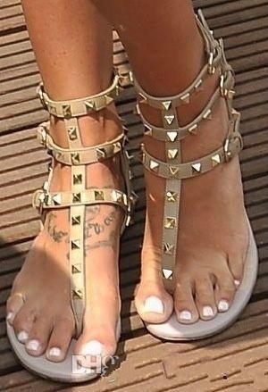Zapatos Mujer Цвет Заклепка Шипастых Гладиатор плоских сандалии Stones Шипованной флип Сандал Большого размер женщины Дешевая обувь Летней