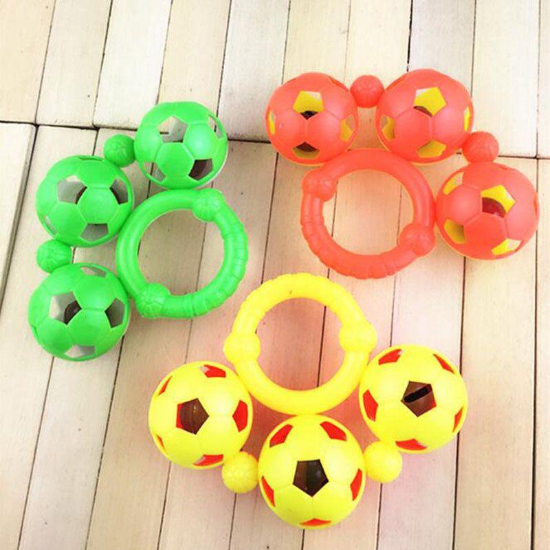 Regalos de plástico pequeña Fútbol Fútbol Mordedor Appease muñeca Juguetes de Navidad Año Nuevo Agarre el bebé recién nacido de formación de la mano de Bell Sonajeros