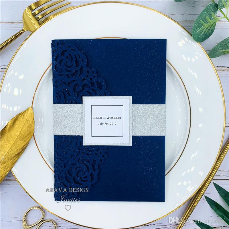 Belle Navy Blue Rose Laser Coup de poche de poche d'invitations avec une bande de ventre et une carte RSVP, fournit une impression gratuite