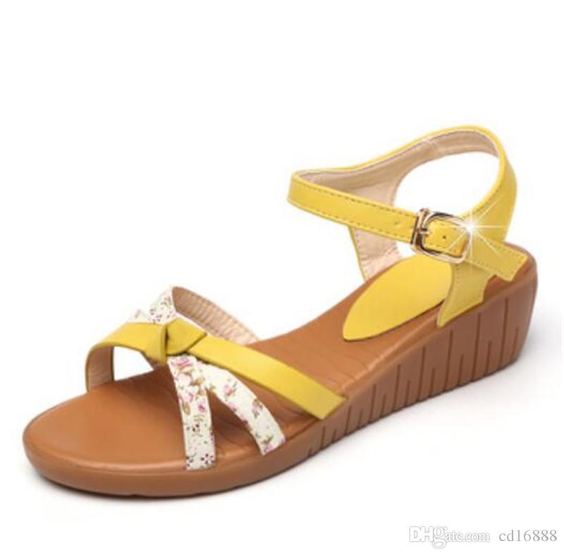 Nuevos famosas sandalias del verano mujeres zapatos cómodos zapatos de moda de suela blanda impresión cuñas sandalias planas zapatos de cuero genuinos de las mujeres de las sandalias