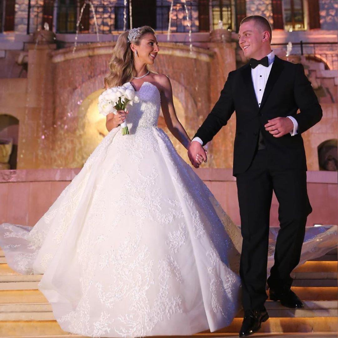 Cordón moldeado encantador vestidos de novia sin tirantes de cuello de lentejuelas de los vestidos de novia de barrido tren tul robe de mariée