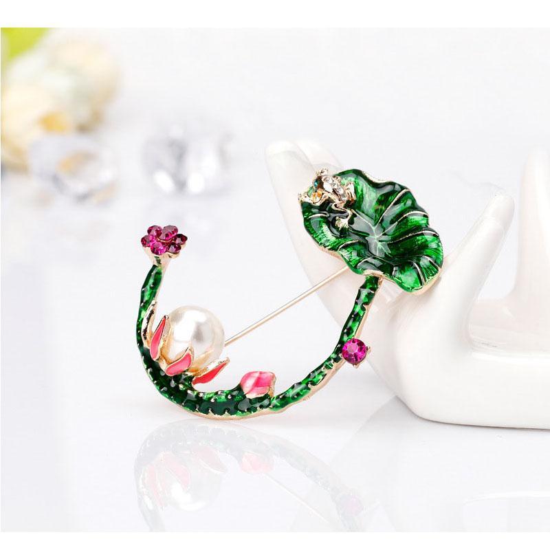 Grün-Emaille Frog Jump On Lotus Blatt Broschen Simulierte Perle Kristall Brosche für Frauen Männer Bankett Kleidung Mode Schmuck