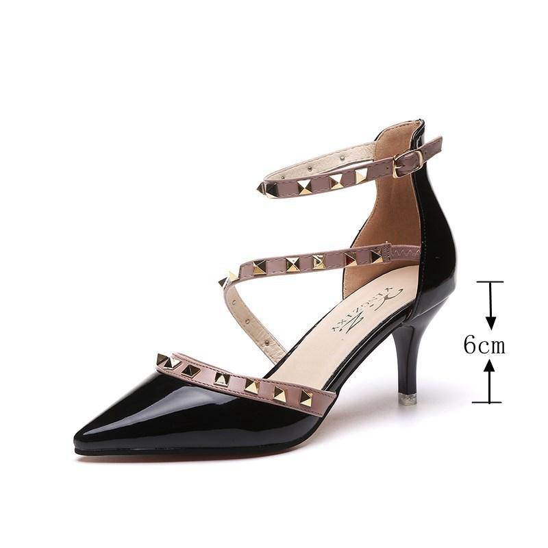 Rivet einzelne Stilett-hohe Absätze Wort Schnalle sandale Designer-Sandale Designer Dias Partei Schuhfrauensandelholze spitze Schuhe mit Nieten