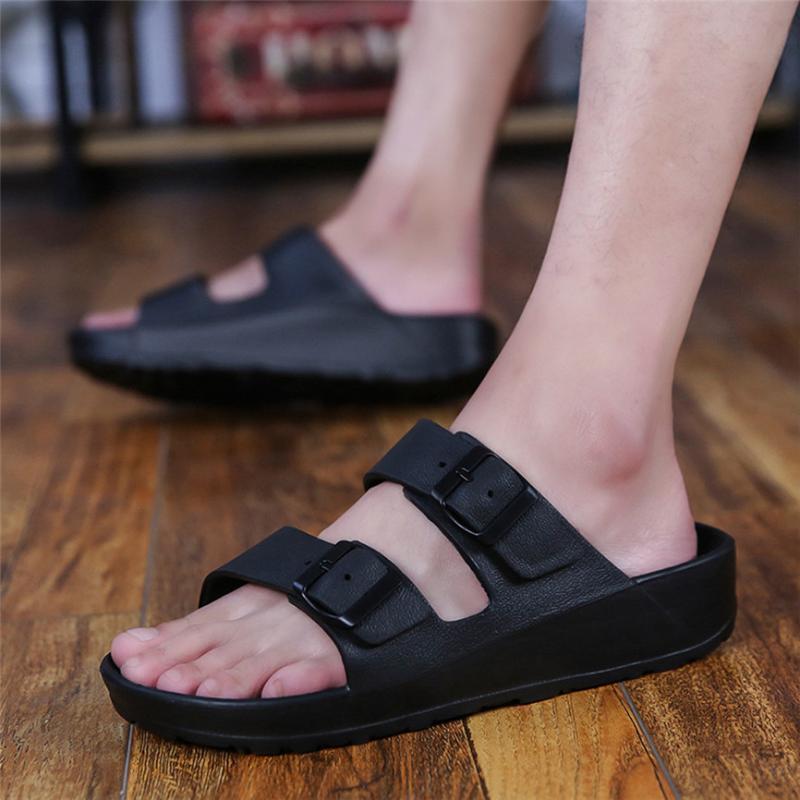 2020 Ropa de moda de los nuevos hombres planos cómodos zapatos de la playa ultra luz doble hebilla sandalias Zapatos Hombre Claquette