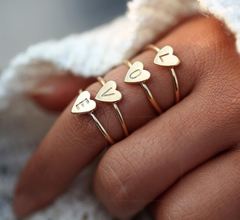 26 A-Z Englisch Brief Ring Initial Ring Silber / Gold-Liebes-Herz-Ring-Brief Geschnitzte Bedeutungsvolles Initial-Finger-Ring-Frauen arbeiten Schmucksachen
