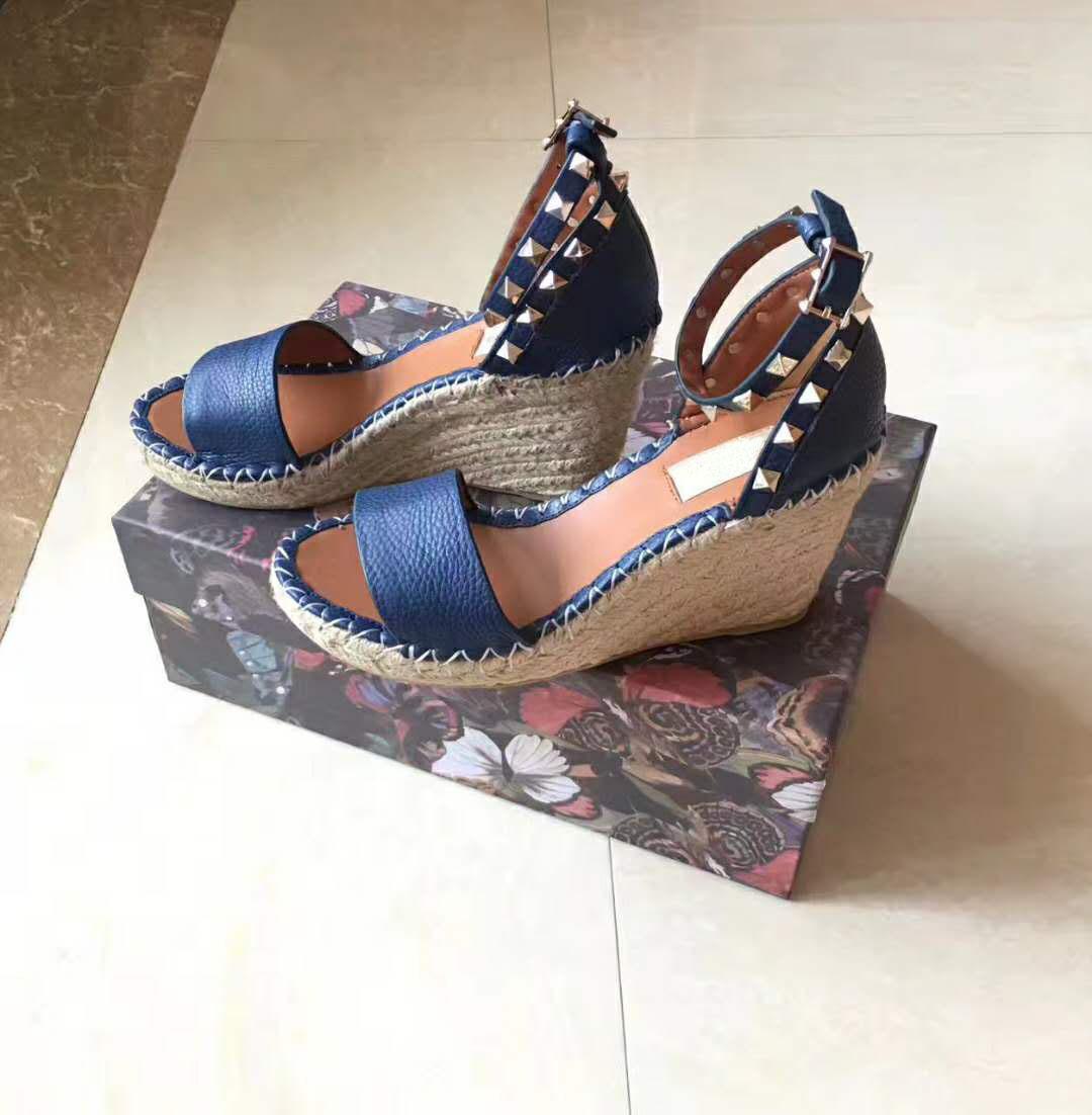유럽의 큰 이름 명품, 새로운 스타일의 여성의 신발, 좋은 뒤꿈치 신발, 샌들, 정장 구두, 맨발, 진짜 가죽, 발 리벳