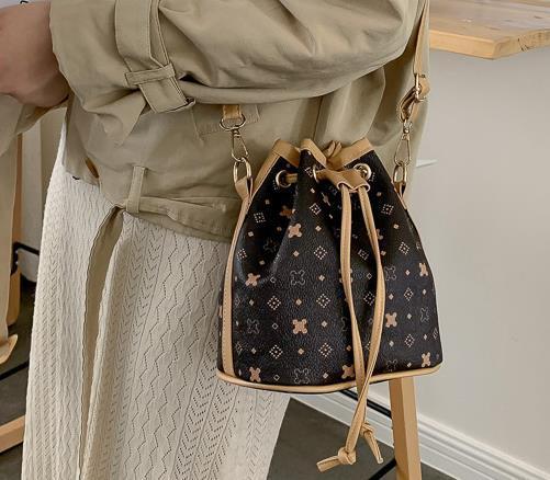 Pequeño bolso femenino 2020 Nueva Impreso temperamento Bucket el hombro salvaje textura Moda Messenger Bag