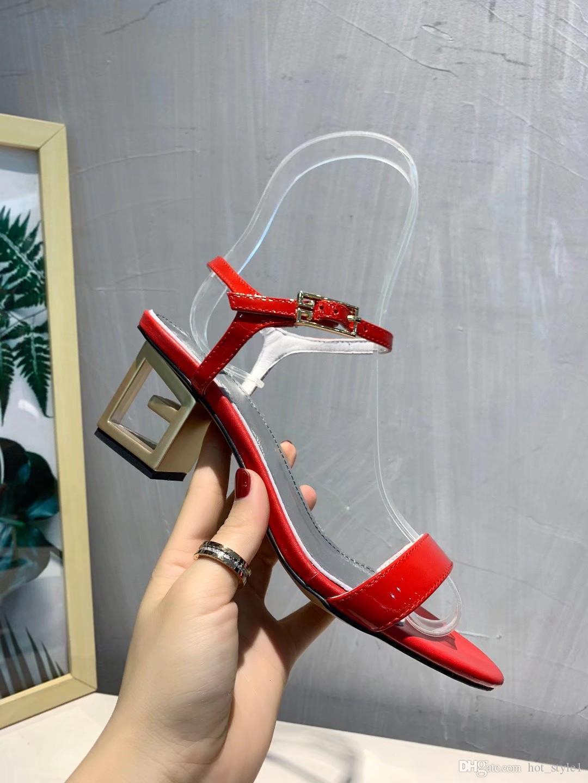 Verão Novo Estilo Mulher Peep Toe Tira No Tornozelo Oco Fora Sandálias de Salto Personalidade Femal Ouro Triângulo Sandálias de Couro de Salto Oco