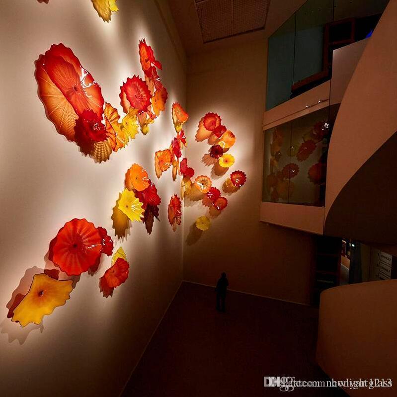 Las ventas calientes de pared de vidrio de arte Dale mano colgando soplado placas rojo de la flor de naranja para la decoración del hotel Niños habitación ideas
