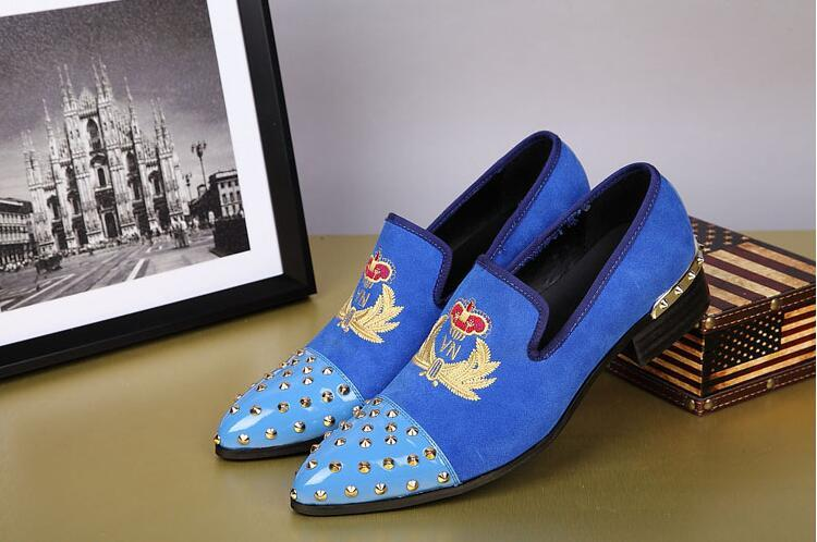 Los hombres baratos Nueva británica zapatos de terciopelo remache del dedo del pie de metal con zapatos de boda de flores bordado trabajo hecho a mano de los hombres de moda Oxfords Pisos bajo-top
