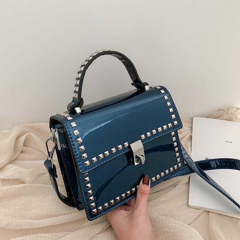 2020 yeni bayan omuz çantası yüksek kaliteli PU eğilim moda rugan perçin küçük kare çanta zarif taşınabilir köşegen