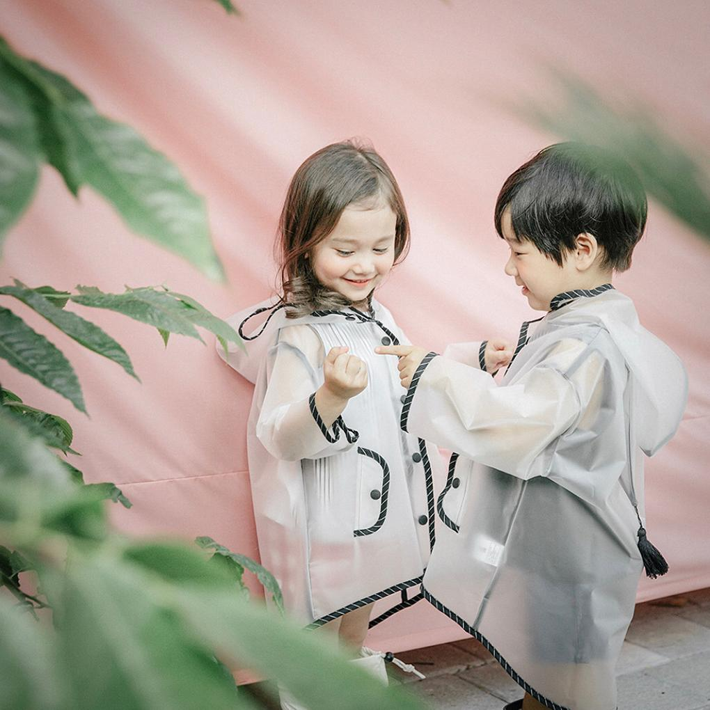Cute Boy Girl Niños Ropa de lluvia con capucha Impermeable Seda EVA Impermeable transparente Sombrero de borla para niños Capa de lluvia transparente Ropa de lluvia al aire libre