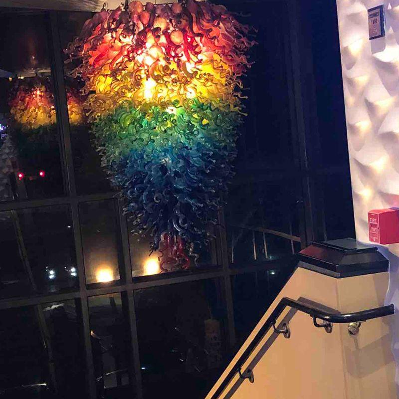 Personalizado Mão vidro fundido Candelabro Lâmpadas LED Itália Art Glass Projetado candelabro iluminação do arco-íris cor de suspensão Vidro pingente Luzes