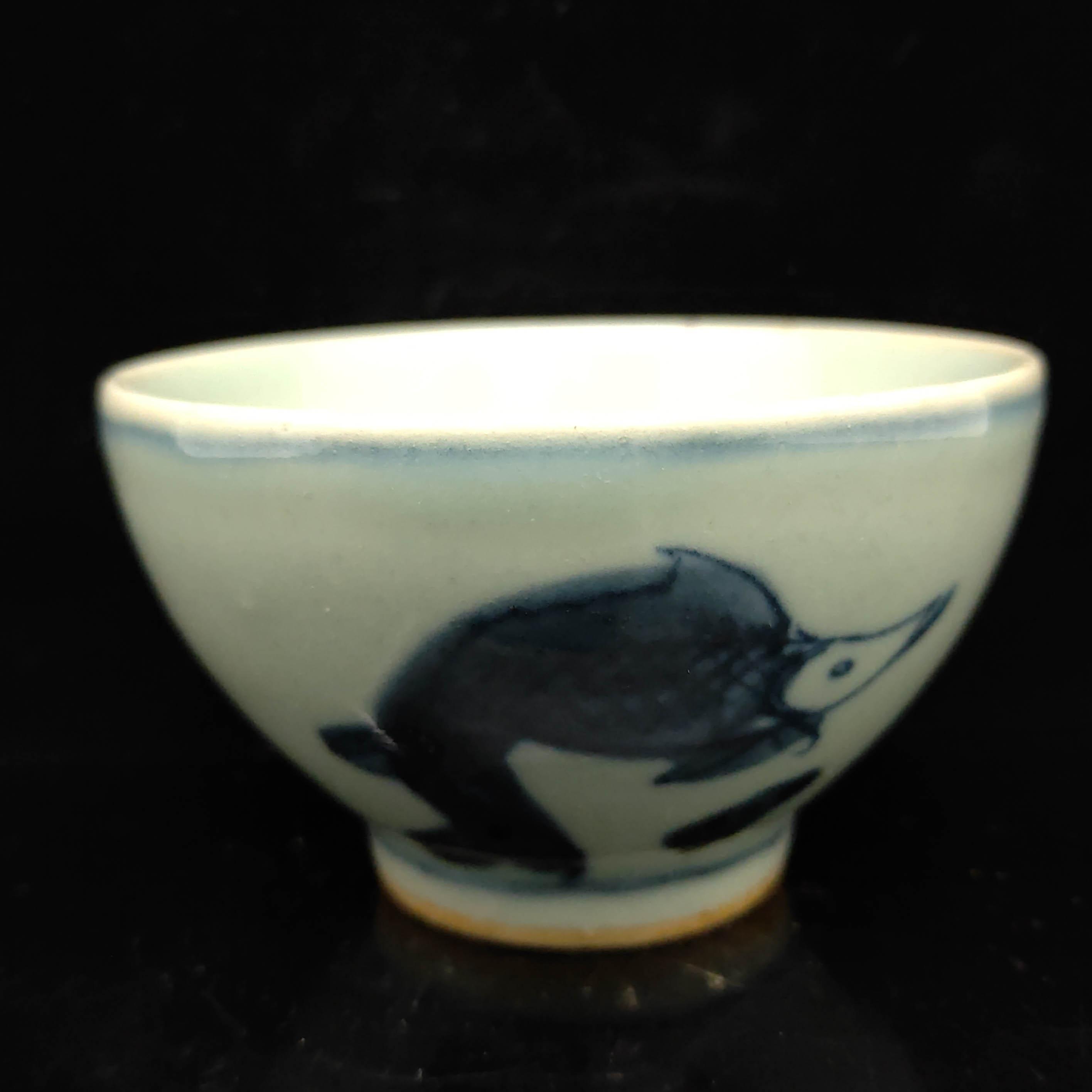 Chinois bleu et main en porcelaine blanche peinte poisson Lotus tasse de modèle S058