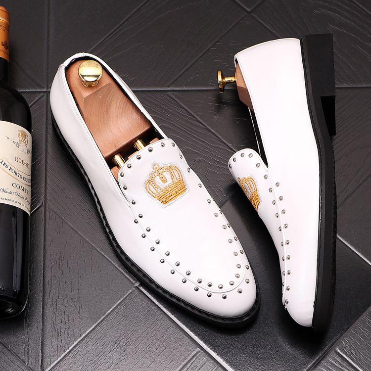 Yeni Erkekler Sokaklar moda İngiliz işlemeli taç Casual Ayakkabı sivri Flats Erkek Eve Dönüş Elbise Düğün Balo Ayakkabı Sapato Sosyal