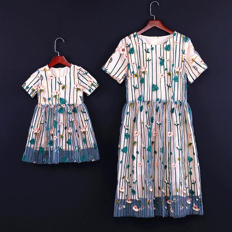 Familie Looks Spiel Outfit Blumen-Kleid für Mädchen Mom-Partei-Kleider Vestidos 2020 Mutter-Tochter-Spitze-Kleid-Frauen plus Größen-Kleid S835