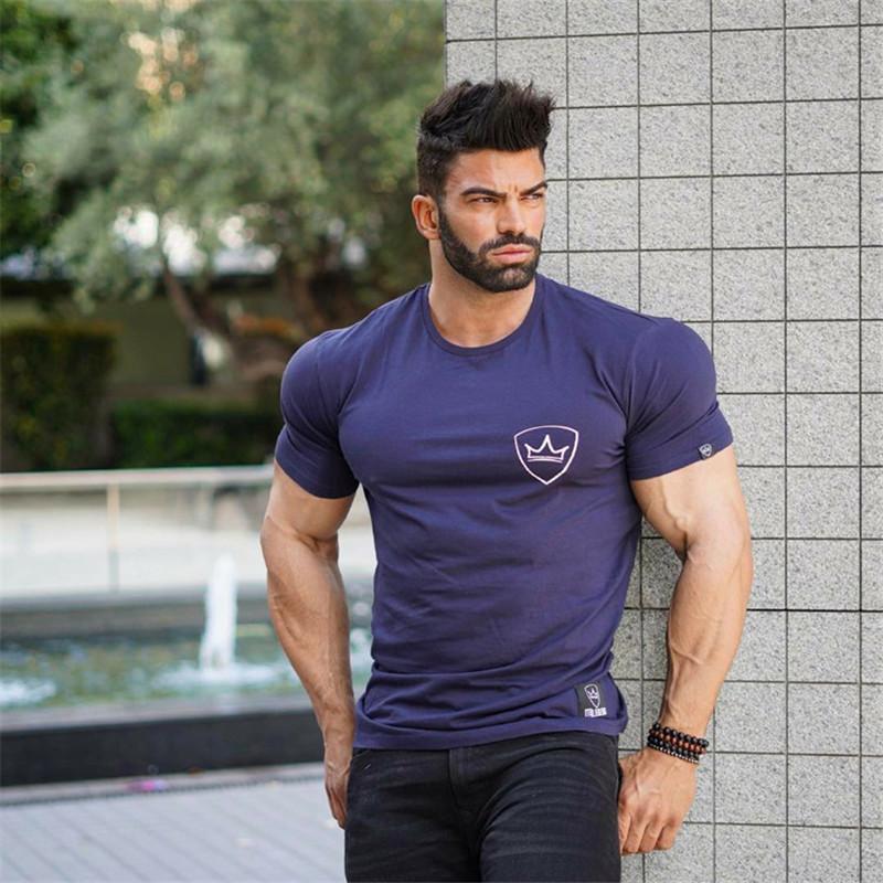 Neue Sommermens Gyms lässigen T-Shirt Fitness Bodybuilding Druck Tops dichte Male Short Cotton-Kleidung T
