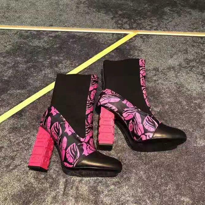 Frau GCDS Logo Heel Stiefel aus schwarzem Leder Logo Heel Stiefel Elasticated Seitenteile GCDS Chunky Heel Stiefeletten Neue Schuhe