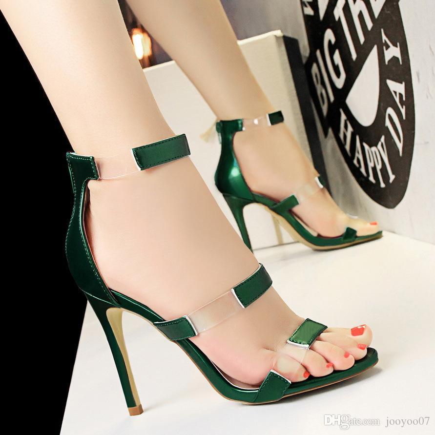 Мода показывает тонкие каблуки, высокие каблуки, высокие каблуки, сексуальные Ночные клубы, выдалбливают слово с сандалиями