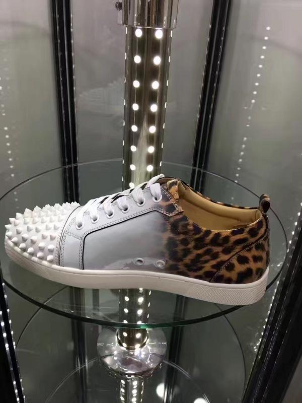 Zapatillas de deporte inferiores rojas de alta calidad Junior Men Low Cut Leopard Blanco Charol Spiked Sneaker Suela roja Junior Men Zapatos planos al por mayor