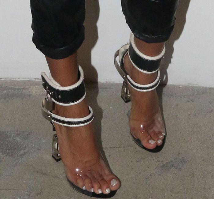 Женщины блокировки насосов Пряжка сандалии высокие каблуки 12см обувь знаменитости Ношение Простой стиль ПВХ прозрачный ремешками