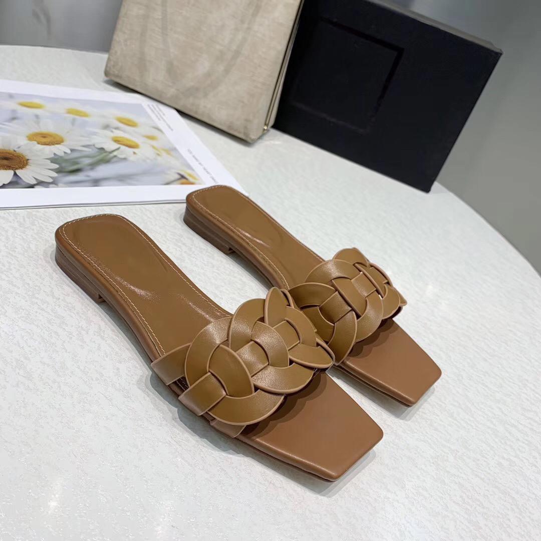 여성 질감의 고급 샌들 패션 여름 클래식 플랫 비치 샌들 단색 리벳 CFY2002272 신발