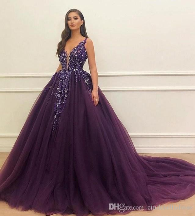 매력적인 보라색 공 가운 Quinceanera 드레스 2019 깊은 V 넥 장식 조각 레이스 Appiques 여자 정장 파티 가운 스위프 이브닝 드레스