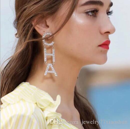 Regalos de la joyería del pendiente del perno prisionero de 2019 del nuevo diseñador de moda Rhinestone lleno Carta borla pendientes para las mujeres El oro y la plata