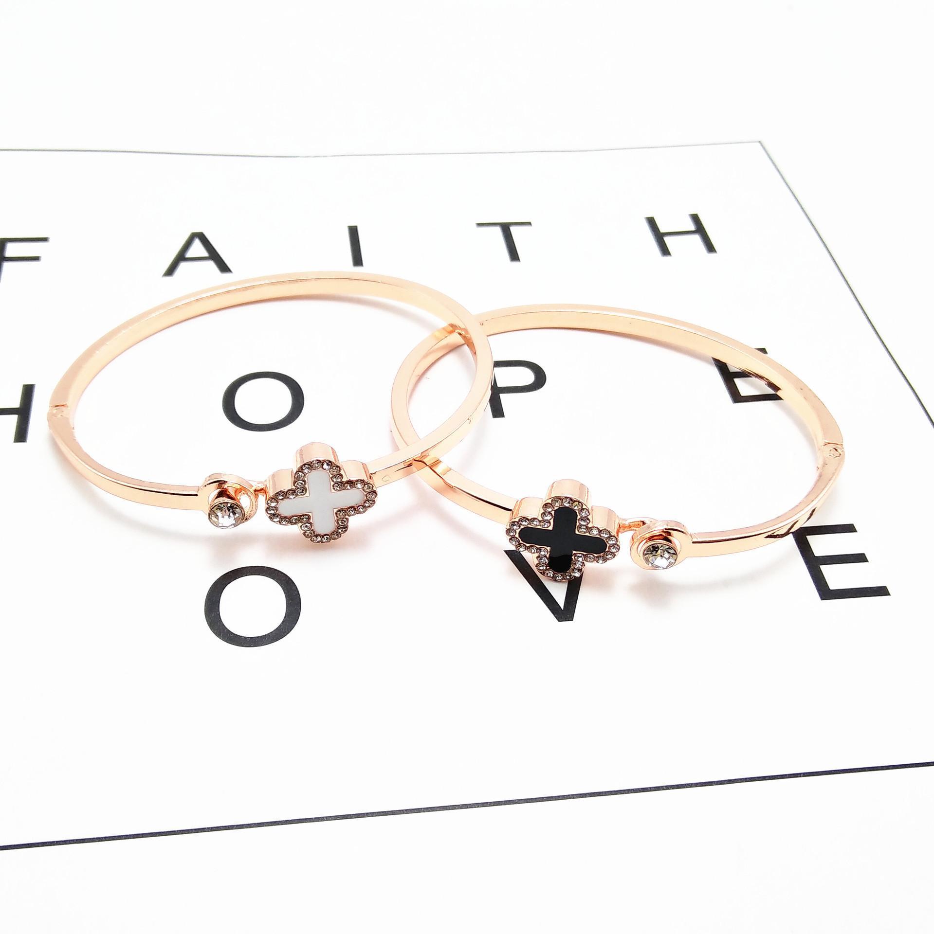 Agradável Moda Lucky Clover Bracelet Alloy Partido Ambiental Holiday Gift Rose Gold Bracelet selvagem Abertura pulseira Popular