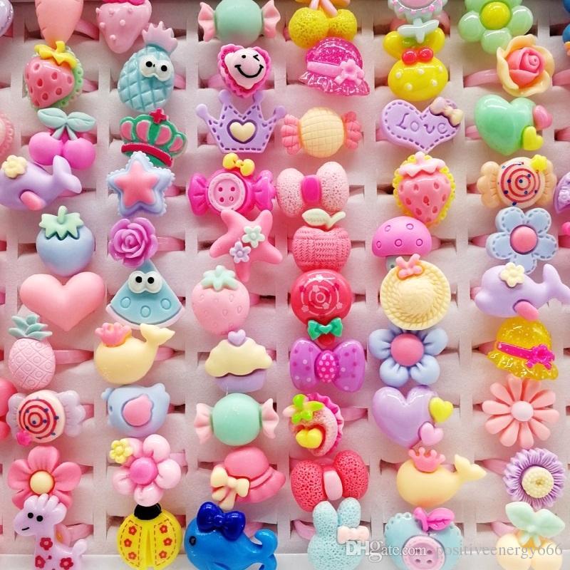 패션 200pcs / lots 혼합 플라스틱 어린이 반지 수지 쥬얼리 키즈 선물 소년 소녀 만화 동물 꽃 과일 아기 유형 혜택 손가락 밴드