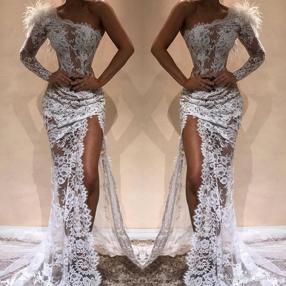 Weiß volle Spitze-Nixe-Abend-Kleid-Side Split 2020 reizvolle Schulter durchschauen Feder Prom Pageant Promi-Kleider Arabisch