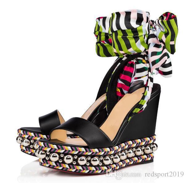 Ucuz Kadın Kırmızı Alt Kama Ayakkabı Yaz Levantin Altın Çivili Gladyatör Sandalias Moda Lady Burnu açık Platformu Kama Sandalet