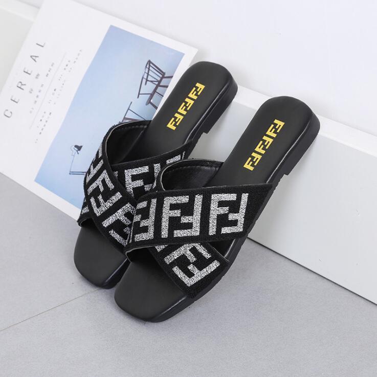 Mulheres Sapatos Chinelos plano Heel flip flops das senhoras Sandálias do verão Letters Webbing alças de cabeça quadrada cruz Slides Praia arranhões 35-42
