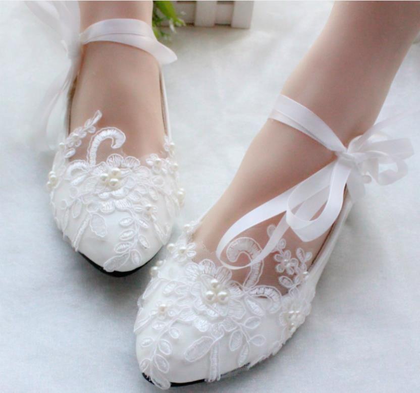 Lace White Lace Flats Cinta Strapegrada Zapatos de novia Tacón bajo Tacón de boda Hecho A Mano Apliques Pearls Chic Damas Rendimiento Pisos Al2497