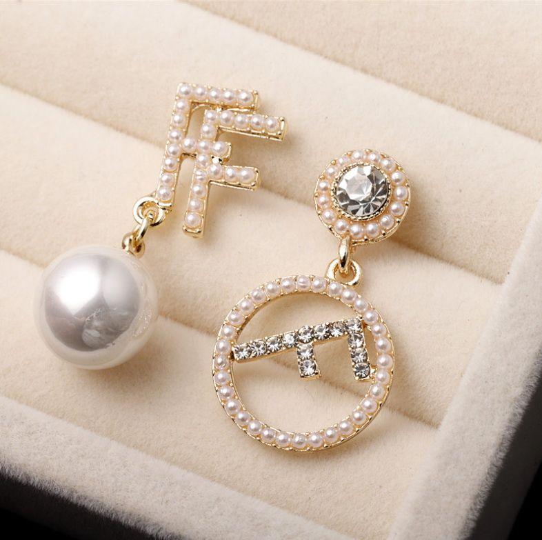 2020 vente chaude nouveau cadeau Boucles d-oreilles lettre de perles de haute qualité de tempérament petit exquis irrégulier élégant parti préféré