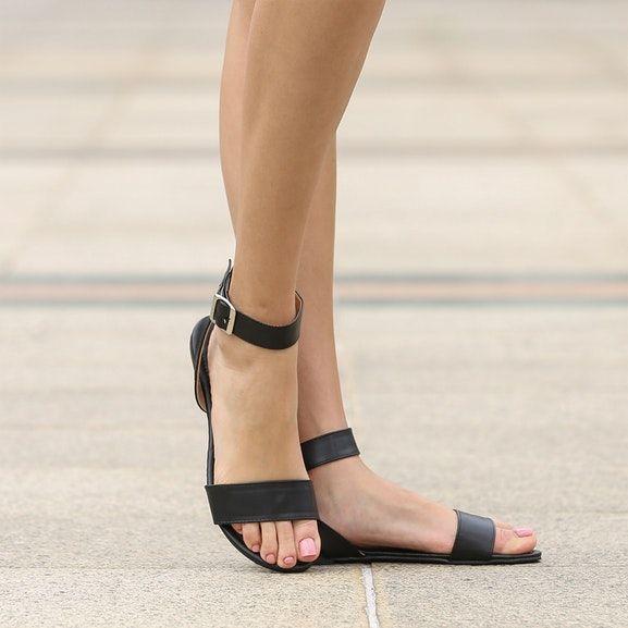 Женщина Досуг Лодыжки Ремень Сандалии на низком каблуке Дамы Лето Peep Toe Slingback Черные кожаные туфли женские повседневные плоские сандалии