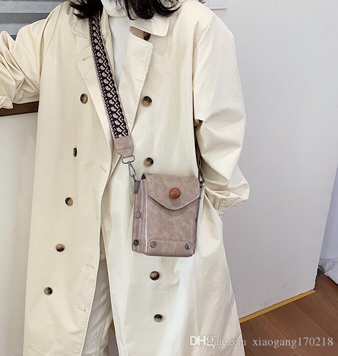 La nueva versión coreana de la bolsa pequeña plaza con tirantes anchos 01