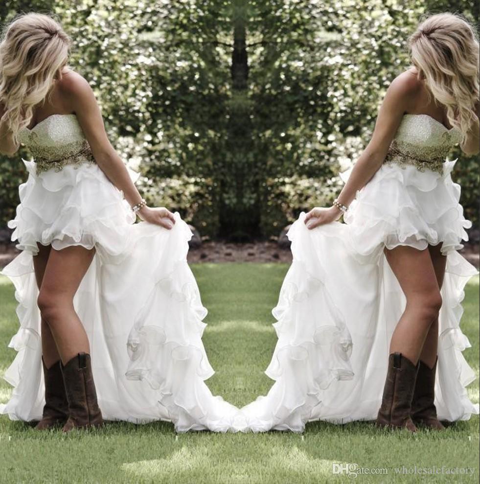Blygsam hög låga landstil bröllopsklänningar älskling ruffles organza asymmetrisk monterad hi-lo vit sommar strand brud brudklänningar