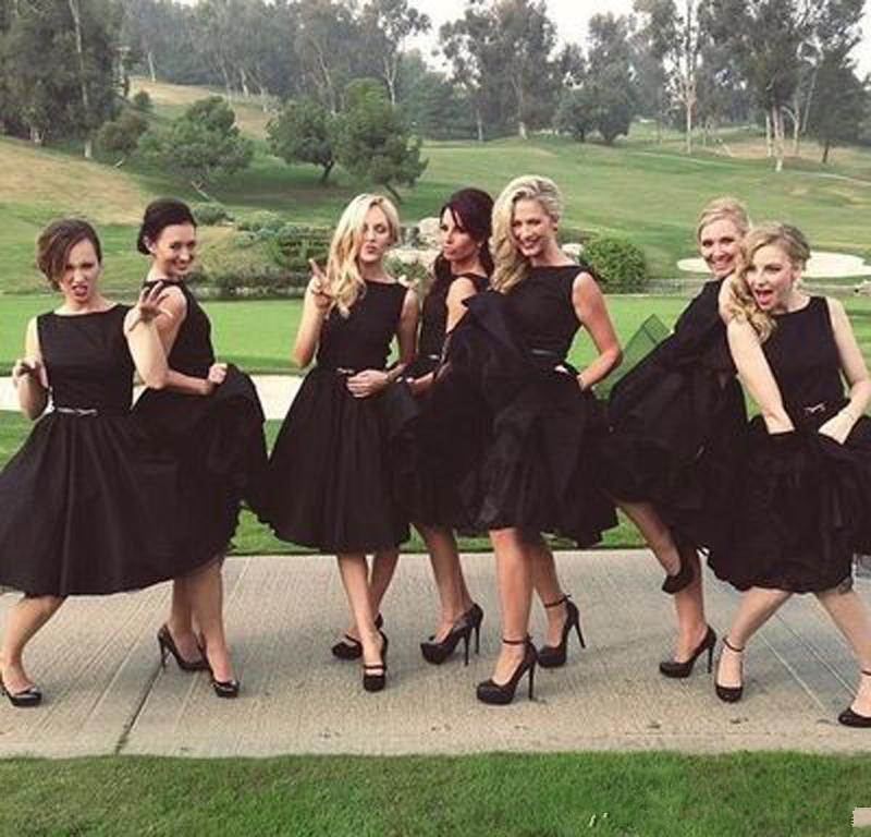 Vintage nero di lunghezza del ginocchio Bridesmaids Dresses economici Bateau Ruches breve matrimonio Ospite Party Gowns China 42