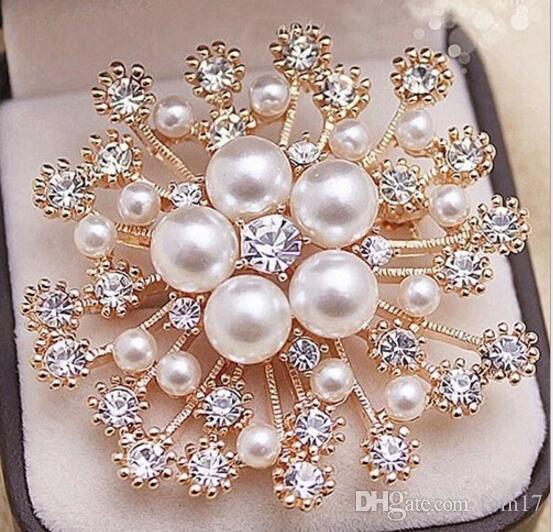Le signore portano gli accessori con la grande spilla del cristallo della perla della fibula del cristallo della perla all'ingrosso