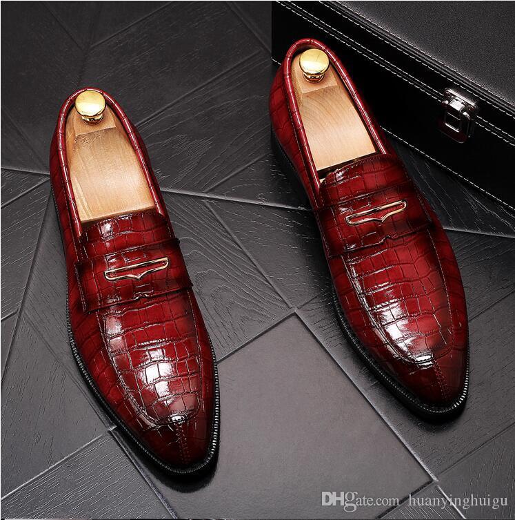 Nuovo stile di lusso di marca Mens Abito scarpe rosse scarpe casuali Matt pelle verniciata Slip-on Spikes Appartamento Business Sneakers Y186